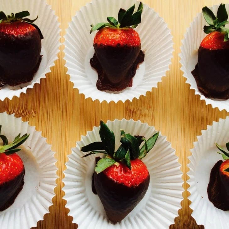 Healthy Vegan Chocolate Covered Strawberries (Gluten-Free, Paleo, No Sugar Added)